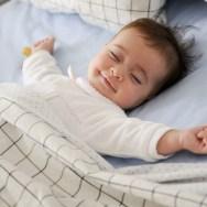 Când îi pot oferi bebelușului pernă si patură?