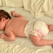 De ce să NU culcăm bebelușul pe burtică?