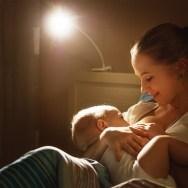 5 motive importante (și NORMALE) pentru care bebelușii alăptați se trezesc să pape peste noapte