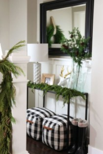 Unordinary Farmhouse Christmas Entryway Design Ideas For The Amazing Looks03