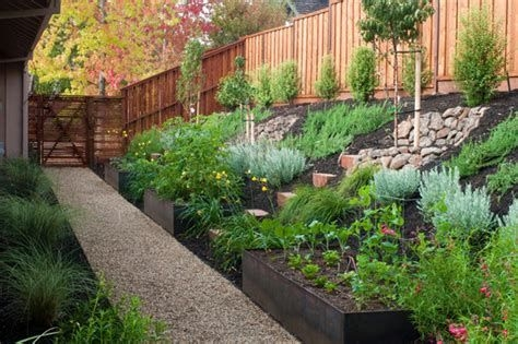 Totally Cute Sloped Backyard Landscaping Ideas 21