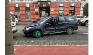 (Foto) Accident Cluj. Chioșc distrus după ce două mașini s-au lovit pe Bulevardul Eroilor 13