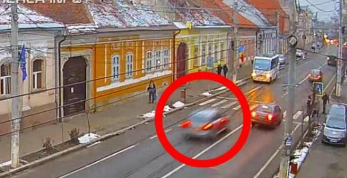 Video Cluj. Un șofer cu viteză, a făcut accident, apoi a tăiat-o pe trotuar, printre pietoni și a dispărut, în Gherla 5