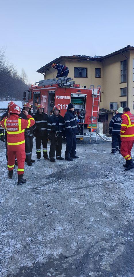"""Foto Cluj. """"Eroii zilei de azi! Pompierii din detașamentele Cluj-Napoca și punctul de lucru Floreşti, au lichidat incendiul provenit la un bloc cu 3 etaje..."""" 4"""