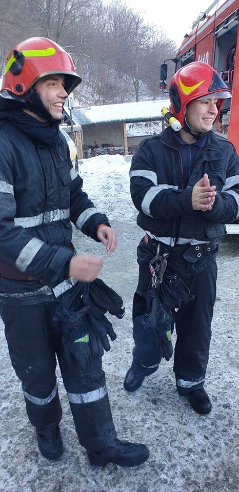 """Foto Cluj. """"Eroii zilei de azi! Pompierii din detașamentele Cluj-Napoca și punctul de lucru Floreşti, au lichidat incendiul provenit la un bloc cu 3 etaje..."""" 7"""