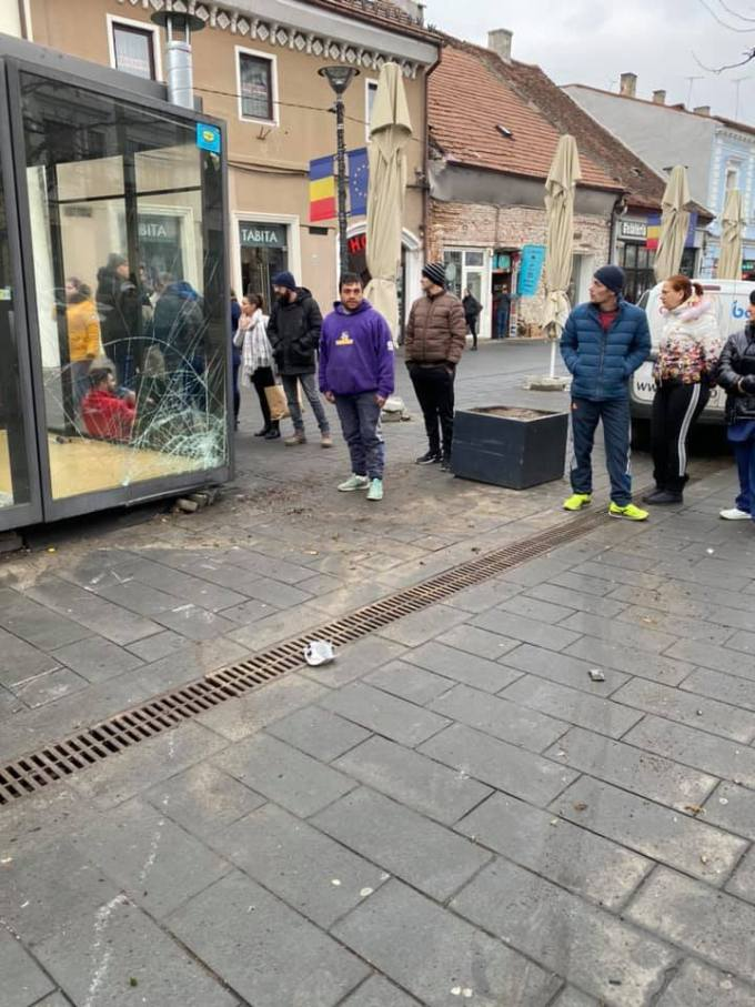 (Foto) Accident Cluj. Chioșc distrus după ce două mașini s-au lovit pe Bulevardul Eroilor 3