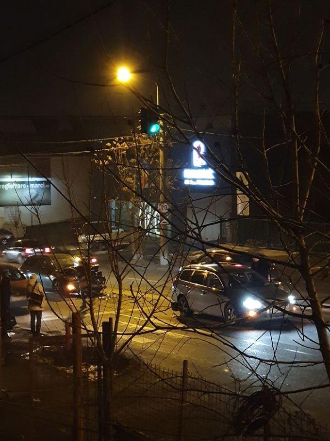 """(Foto) Accidente Cluj. Marius: """"Două mașini implicate și una colaterala de pe trotuar. Pasagera din Golf, o doamna mai în vârstă, era puțin amețita de la airbag..."""" 3"""