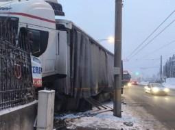 Accident Cluj. O șoferiță a derapat pe liniile de tramvai, a intrat în TIR care a intrat într-un gard 3