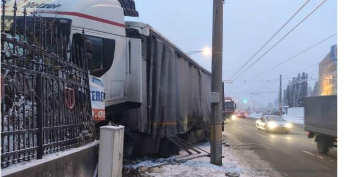 Accident Cluj. O șoferiță a derapat pe liniile de tramvai, a intrat în TIR care a intrat într-un gard 7