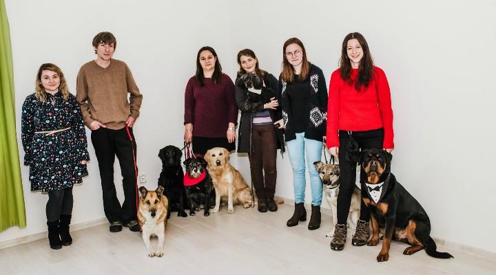 Cluj. Sâmbătă se deschide prima clinică de terapie cu animale din România. În cadrul evenimentului vor fi organizate ateliere cu activitãţi asistate de câinii de terapie ai clinicii, ateliere adresate copiilor cu vârste cuprinse între 2 şi 13 ani 2
