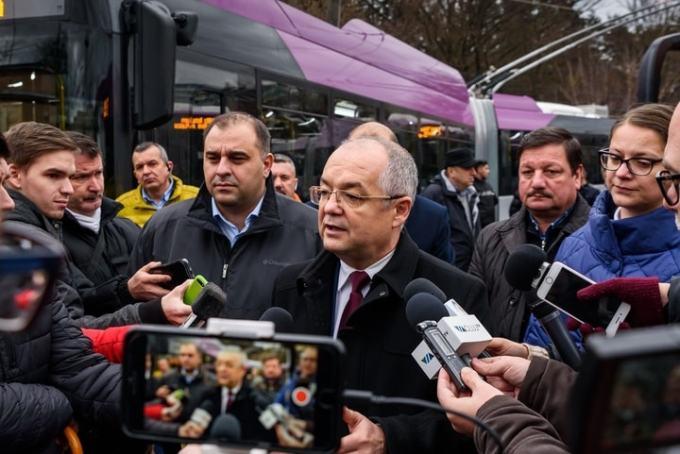 """Foto Cluj. 25 de troleibuze noi au intrat în circulație. Emil Boc: """"Astăzi, 50% din transportul în comun din Cluj este nepoluant. Practic sunt cele mai moderne troleibuze existente pe piață, au toate..."""" 11"""