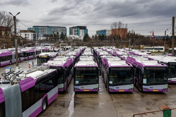 """Foto Cluj. 25 de troleibuze noi au intrat în circulație. Emil Boc: """"Astăzi, 50% din transportul în comun din Cluj este nepoluant. Practic sunt cele mai moderne troleibuze existente pe piață, au toate..."""" 5"""