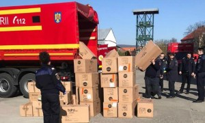 """ISU Cluj: """"Un camion al unității noastre a asigurat transportul de la aeroportul Otopeni a cca 5000 de costume de protecție, măști de protecție tip FFP2/FFP3 și dezinfectați, pentru a fi distribuite spitalelor și instituțiilor din județul Cluj"""" 13"""