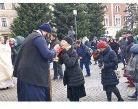 """Cluj. Plângere penală împotriva preoţilor care au împărtăşit credincioşii cu aceeaşi linguriţă. Emanuel Ungureanu: """"Ce s-a întâmplat la slujbele din Cluj-Napoca şi Câmpia-Turzii duminica trecută este incalificabil pentru un stat modern în care viaţa trebuie să fie protejată mai presus de ..."""" 8"""