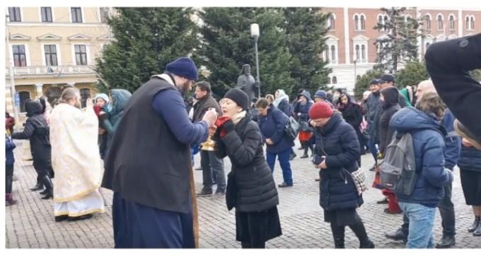 Reacție. Mitropolia Clujului, după ce preoții au împărtășit cu aceeași linguriță mai multe persoane 1