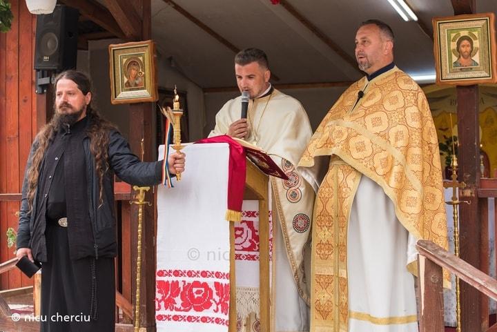 """Foto Cluj. Așa a fost astăzi la slujba religioasă.Preotul a pictat curtea bisericii cu flori, Parohia Ortodoxa """"Sfântul Ioan Iacob Hozevitul"""", Floresti 1"""