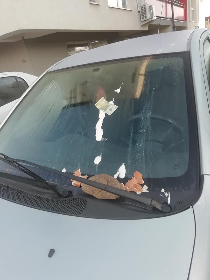 """Foto Cluj. Mașină vandalizată în Florești. I-a """"lipit"""" bani și ouă pe parbriz. """"Așa am găsit mașina azi-dimineață în parcare. Este parcarea mea, sunt blocuri mai noi cu locatari putini, chiar nu înțeleg. Merg azi la politie"""" 2"""