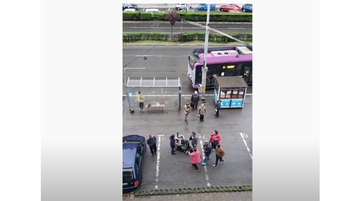 Cluj. Polițiștii l-au găsit pe individul care a lovit o femeie în scaun cu rotile, într-o stație de autobuz din Mărăști 1
