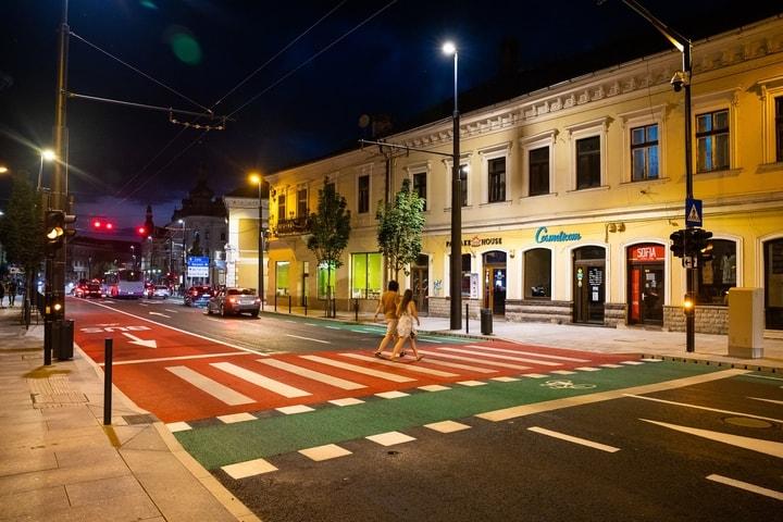 """Foto noi. Cluj vs București. Strada reabilitată de Emil Boc, seara. Strada reabilitată de Gabriela Firea, cu trotuare înguste. Siegfried Muresan: """"Vreți ca Bucureștiul să arate ca în imaginea din stânga sau ca în imaginea din dreapta?"""" 9"""