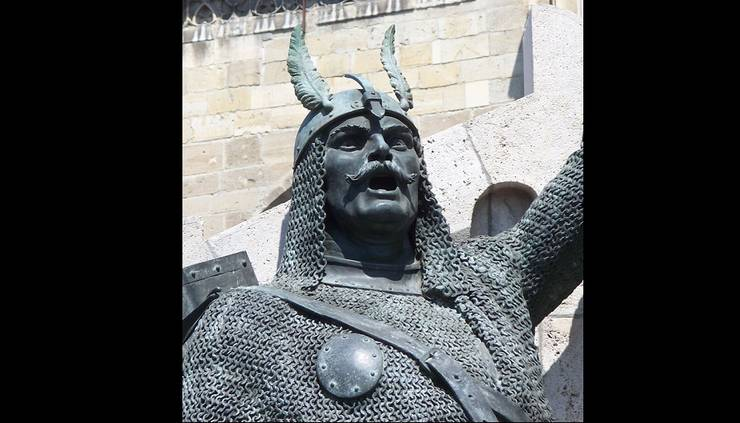 Statuia lui Pavel Chinezu din ansamblul monumental Matia Corvin de la Cluj. Sculptor: Ioan Fadrus