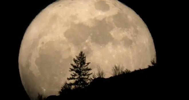 Super Lună şi eclipsă de Lună