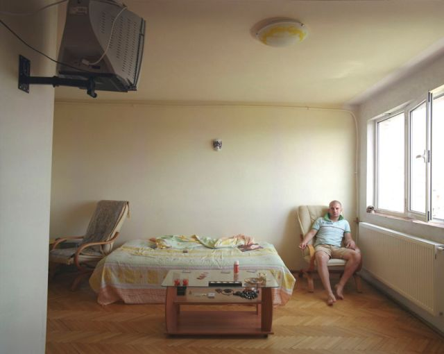 10-identical-apartments-10-different-lives-documented-by-romanian-artist-4__880