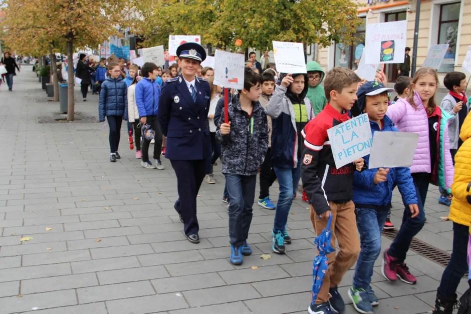 Peste 200 de copii din Cluj-Napoca au participat la un marş de sensibilizare privind numărul ridicat de accidente rutiere