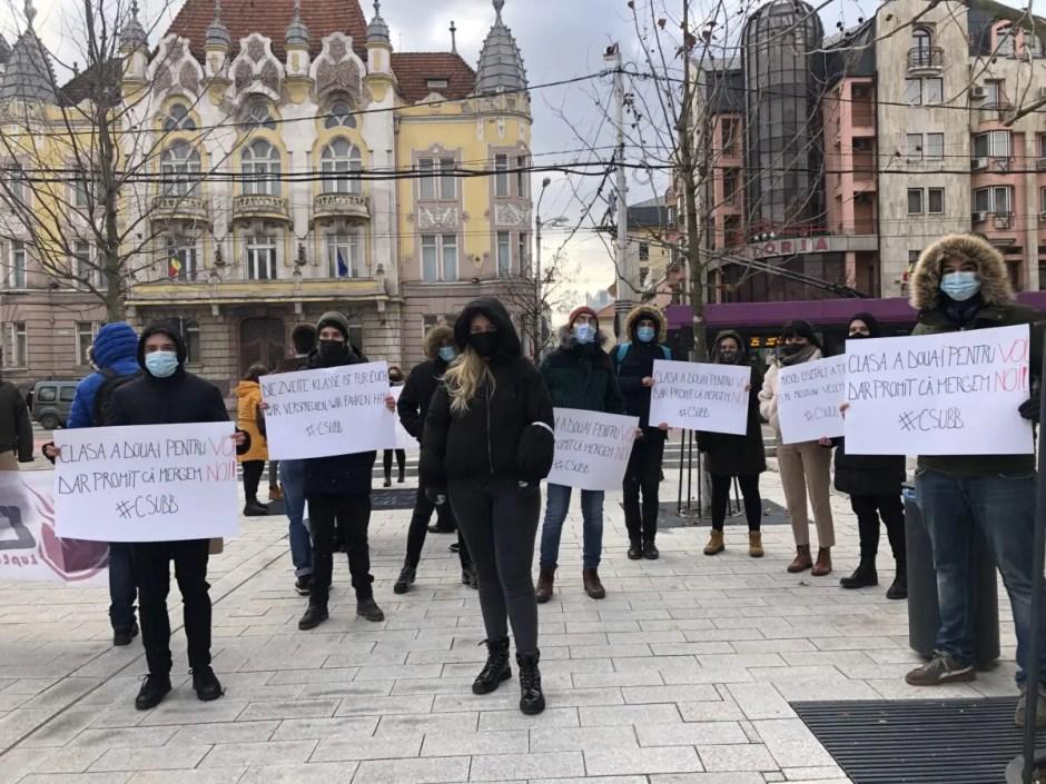 Protest al studenţilor la Cluj-Napoca față de limitarea gratuității transportului feroviar
