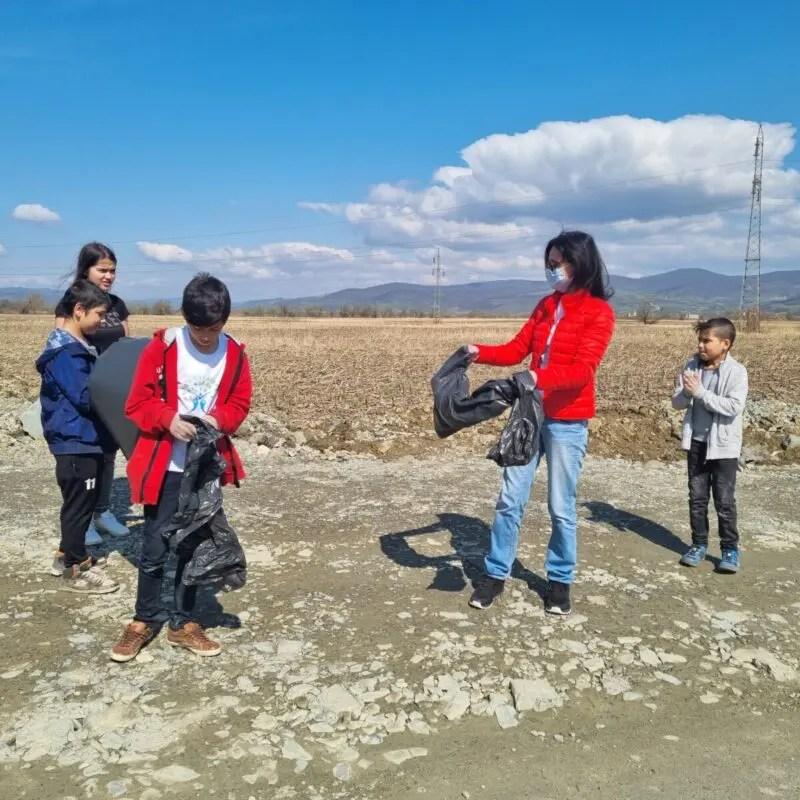Acţiune de ecologizare în satul Cetan din Cluj desfăşurată de un grup de copii