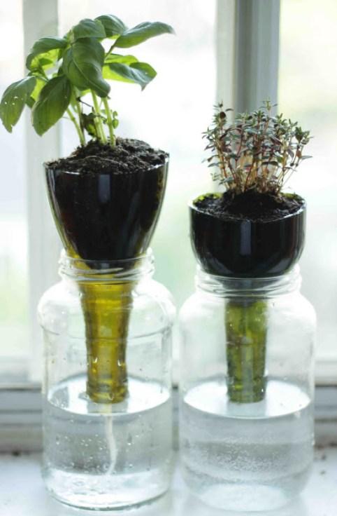 Avete rotto una bottiglia? Aspettate a intasare il bidone del vetro: potete trasformarla in vaso alternativo