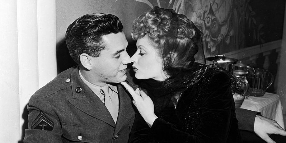https://i2.wp.com/clv.h-cdn.co/assets/17/09/1488321270-lucy-desi-kiss.jpg