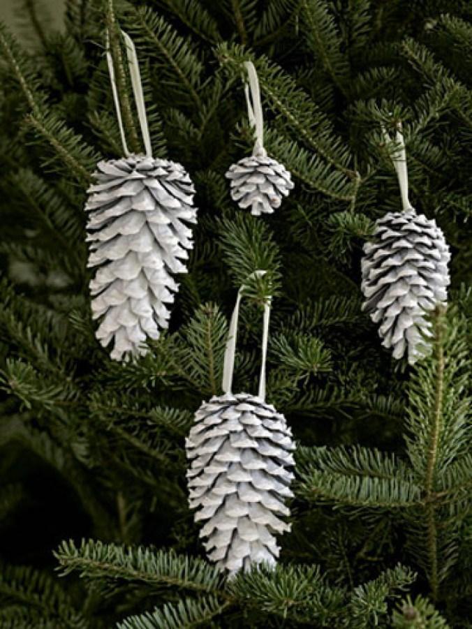 Le pigne, anche in versione naturale, possono diventare la decorazione perfetta per chi ama decorare con semplicità ed eleganza