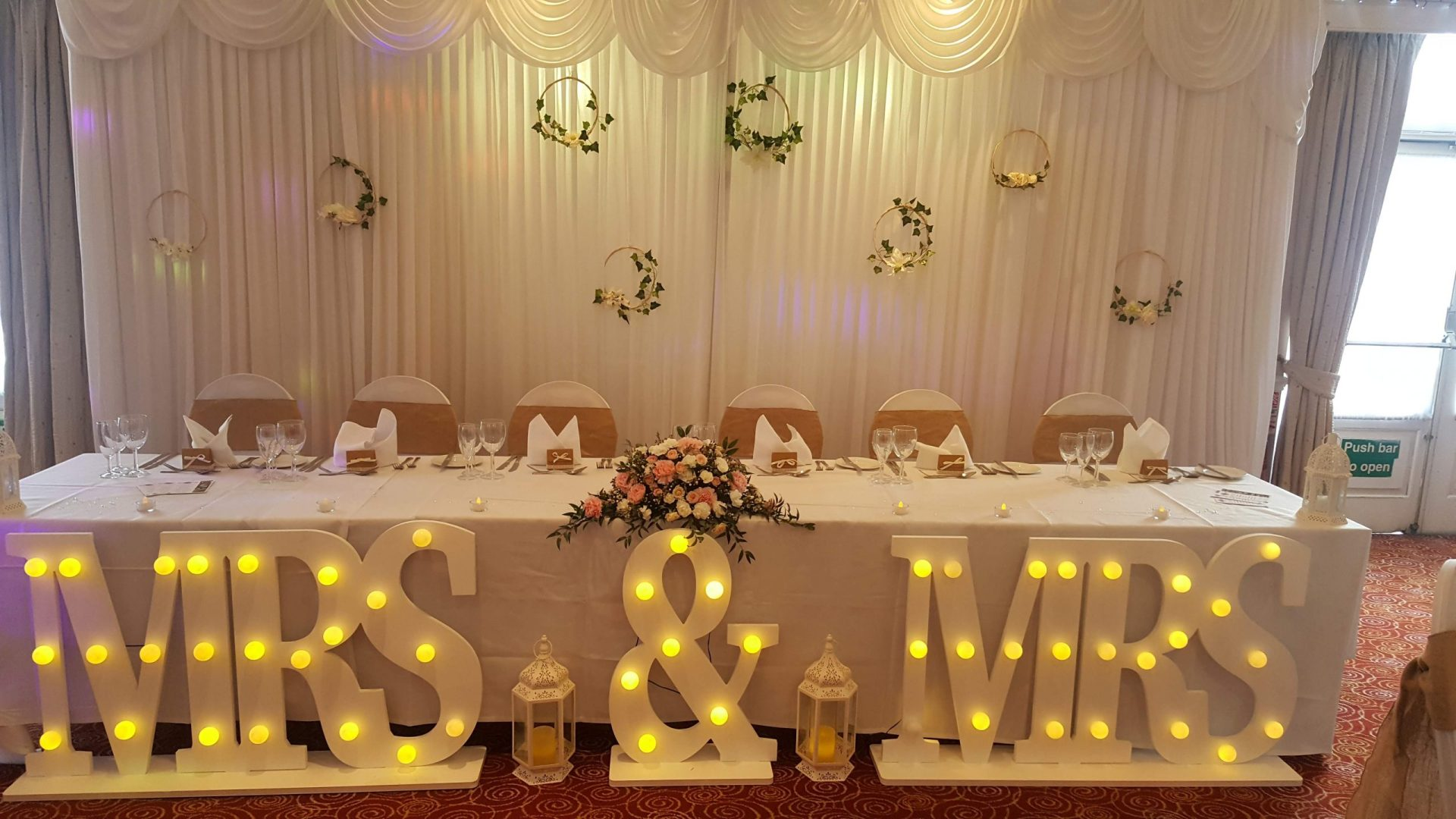 Long and Low, Bsckdrop, Mrs & mrs sign, Chairs with hessian sashes
