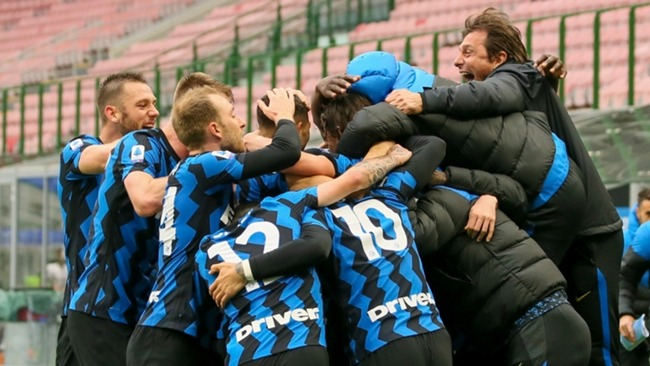 Antonio Conte celebrates with his players after Inter's winner against Cagliari