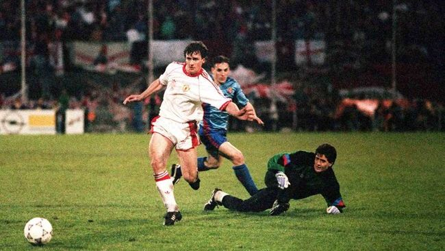 Mark Hughes scored twice to help Manchester United beat former club Barcelona in the European Cup Winners' Cup in 1991