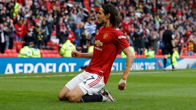 Edinson Cavani celebrates a goal in front of the Manchester United fans for the first time