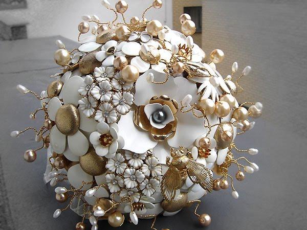 Eden - Vintage brooch bouquet