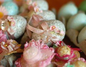 Uova rivestite con passamaneria e decorazioni recuperate da vecchie bomboniere
