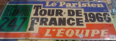 Plaque officielle de voiture sur le Tour 1966, remporté par Lucien Aimar (80/100 euros).