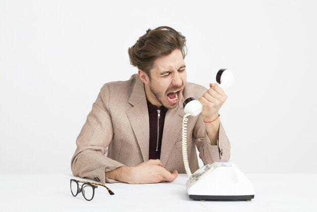 Skooldio Blog - เทคนิค Feedback ให้ได้งานและได้ใจ! ต้องใช้ 7 Skill นี้ | Angry at phone, not listening