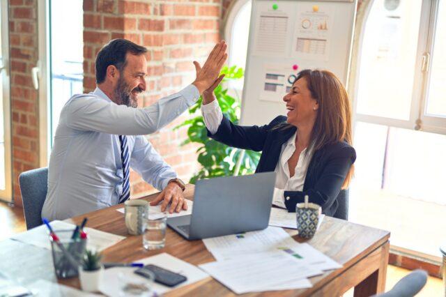 Skooldio Blog - เทคนิค Feedback ให้ได้งานและได้ใจ! ต้องใช้ 7 Skill นี้ | Co-workers agreeing