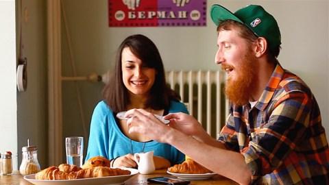 Desayuno en 6 idiomas, con mucho café y montones de croissants