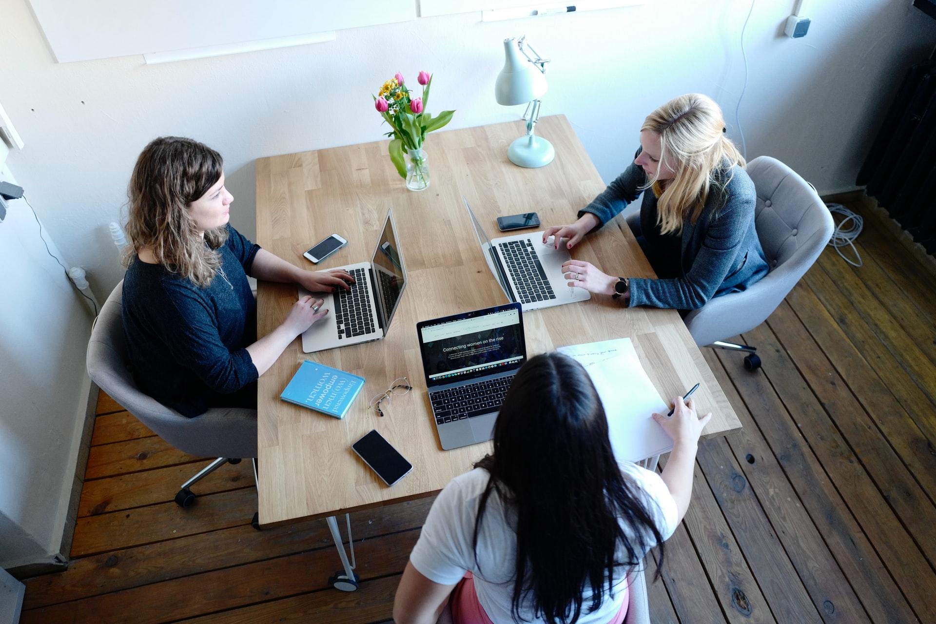 Frauen im Büro - Englische Akronyme