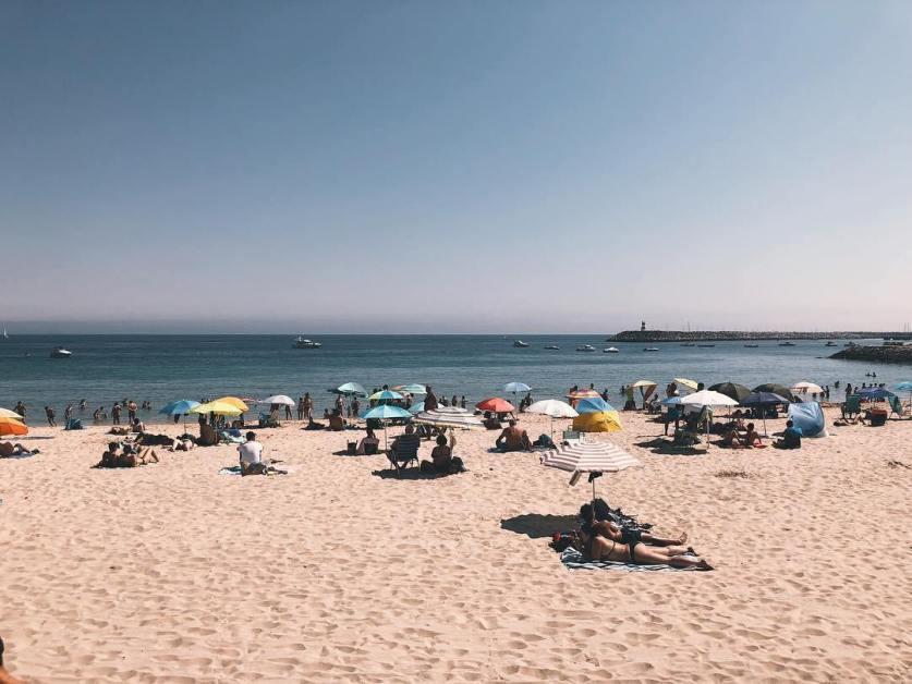 La Praia do Ouro, à une heure de route de Lisbonne, est très agréable par beau temps