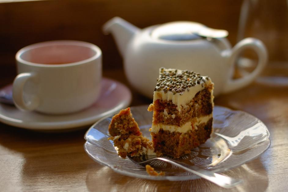 Kaffee und Kuchen stehen auf dem Tisch (Leichenschmaus) - außergewöhnlichsten deutschen Wortkompositionen