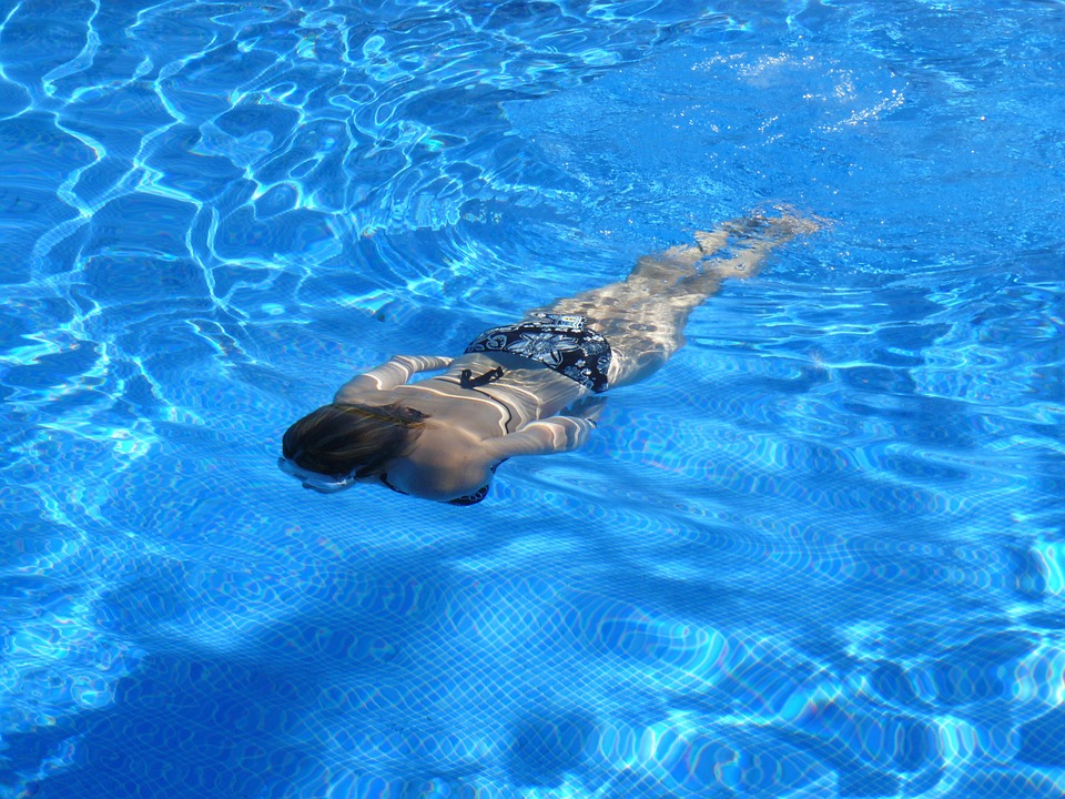 La natación es perfecta para quemar mil calorías en una hora. (Foto: Pixabay)