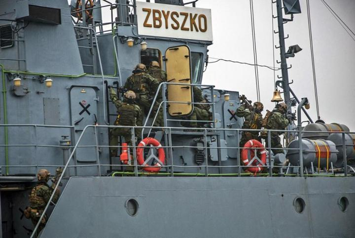 Poles, Finns and Norwegians seize an enemy vessel