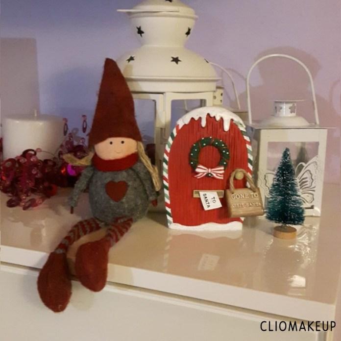cliomakeup-elf-on-the-shelf-tradizione-avvento-elfo-femmina-con-porta-polo-nord (2)