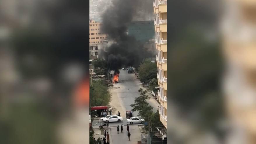 فيديو يُظهر السيارة التي يُعتقد أنها استخدمت لشن هجوم بالصواريخ على مطار كابول.. وهي تحترق