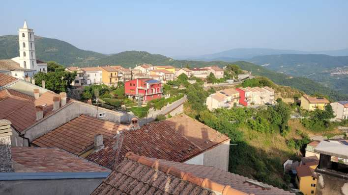 Italian town attracts Americans to buy its abandoned homes